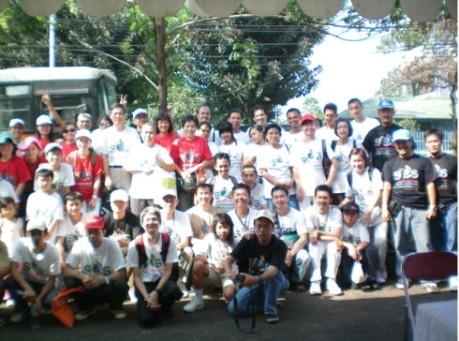 Para anggota tim kampanye SOS