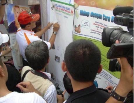 Gubernur Jakarta Fauzi Bowo Memberikan Tanda Tangan sebagai Dukungan