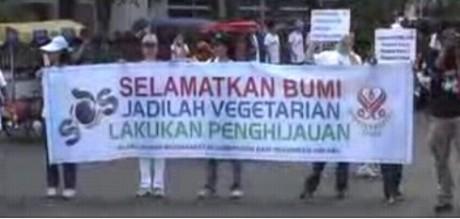 """Spanduk """"Selamatkan Bumi, Jadilah Vegetarian, Lakukan Penghijauan"""""""