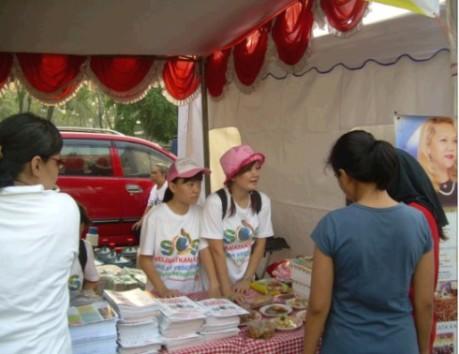 Stan SOS yang menyediakan buku SOS dan cicipan vegetarian